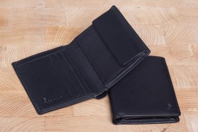 <h5>0457 11</h5><p>Hochformatbörse in schwarz mit RFID-Schutz, 7 Kreditkartenfächern, 3 Steckfächern, doppeltem Scheinfach und Münzfach. Maße: 9 x 11,5 cm</p>