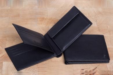 <h5>2980 11</h5><p>Scheintasche in schwarz mit RFID-Schutz, 12 Kreditkartenfächern, Sichtfach, 3 Steckfächern, doppeltem Scheinfach und Münzfach. Maße: 12 x 9,5 cm</p>