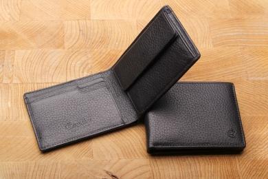 <h5>2203 27</h5><p>Querformatbörse Cardsafe System und RFID Protect, 5 Kreditkartenfächern, Steckfach, Scheinfach mit Geheimfach und Münzfach. Maße: 10 x 7,5 cm</p>