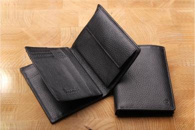 <h5>0966 27</h5><p>Hochformatbörse in schwarz mit Cardsafe System und RFID Protect mit 12 Kreditkartenfächern, Sichtfach, 3 Ausweisfächern, doppeltem Scheinfach mit Geheimfach und Münzfach, Maße: 10 x 12 cm</p>
