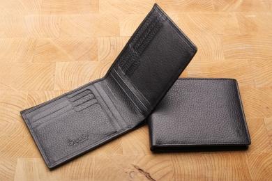 <h5>3925 27</h5><p>Kreditkartenetui in schwarz mit Cardsafe System und RFID Protect, 16 Kreditkartenfächern, 4 Ausweisfächern, doppeltem Scheinfach. Maße: 12 x 9 cm</p>