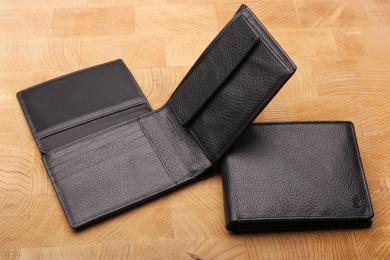 <h5>2282 27</h5><p>Querformatbörse in schwarz mit Cardsafe System und RFID Protect, 12 Kreditkartenfächern, Sichtfach, 4 Ausweisfächern, doppeltem Scheinfach mit Geheimfach und Münzfach. Maße: 12 x 9 cm</p>