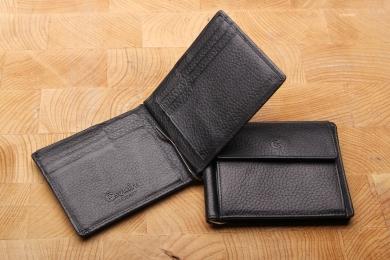 <h5>2564 27</h5><p>Klammerbörse in schwarz mit Cardsafe System und RFID Protect, 8 Kreditkartenfächern, Sichtfach, 3 Ausweisfächern, Klammer für Scheine und Münzfach. Maße: 11 x 9 cm</p>