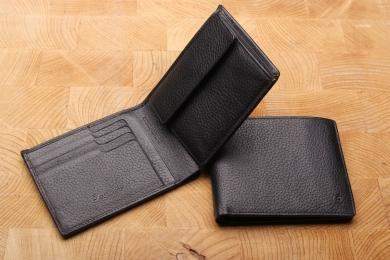 <h5>2295 27</h5><p>Querformatbörse in schwarz mit Cardsafe System und RFID Protect, 8 Kreditkartenfächern, 2 Ausweisfächern, doppeltem Scheinfach mit Geheimfach und Münzfach. Maße: 12 x 9,5 cm</p>