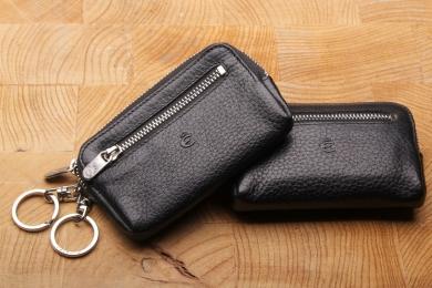 <h5>3262 27</h5><p>Schlüsseletui in schwarz mit 2 Schlüsselketten mit Ringen und RV-Vortasche. Maße: 11 x 6,5 cm</p>
