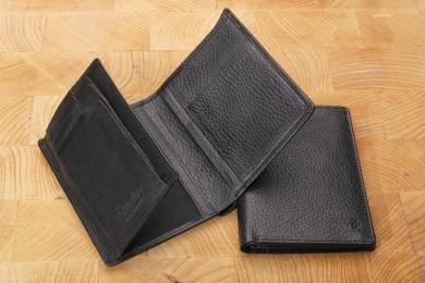 <h5>3144 27</h5><p>Ausweisetui in schwarz mit Cardsafe System und RFID Protect, 8 Kreditkartenfächern, 2 Sichtfächern, 3 Ausweisfächern, Steckfach und Scheinfach mit Geheimfach. Maße: 9,5 x 12 cm</p>