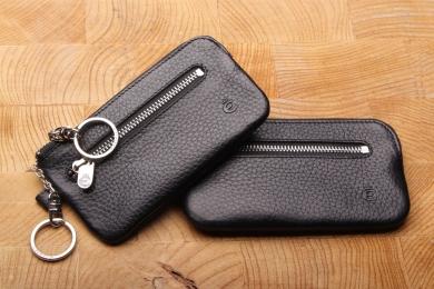 <h5>3992 27</h5><p>Schlüsseletui in schwarz mit 2 Schlüsselketten mit Ringen und RV-Vorfach. Maße: 13 x 7 cm</p>