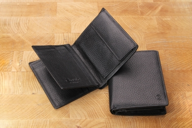 <h5>0469 27</h5><p>Wallet in black with Cardsafe system and RFID-protect, 14 credit card slots, 6 id slots, double billfold with secret comp. and coin comp. Size: 9 x 12 cm</p>