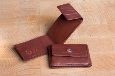 <h5>0005 48</h5><p>Taschenbörse in schwarz, braun und coffee mit Scheinfach (Scheine gefaltet) und Münzfach. Maße: 9,5 x 6,5 cm</p>