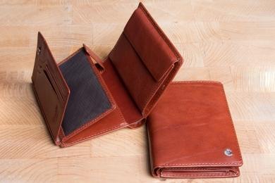 <h5>0484 48</h5><p>Hochformatbörse in schwarz, braun und coffee mit 15 Kreditkartenfächern, 2 Ausweisfächern, 3 Steckfächern, doppeltem Scheinfach und Münzfach. Maße: 9,5 x 12,5 cm</p>