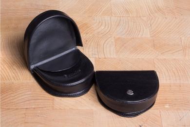 <h5>0013 48</h5><p>Münzbörse in schwarz, braun und coffee mit Schüttelbörse mit Lederfutter und Innenfach. Maße: 8,5 x 8 cm</p>
