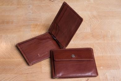 <h5>2565 48</h5><p>Klammerbörse in schwarz, braun und coffee mit Cardsafe System, 4 Kreditkartenfächern, Steckfach, Clip für Scheine und Münzfach. Maße: 11 x 8,5 cm</p>