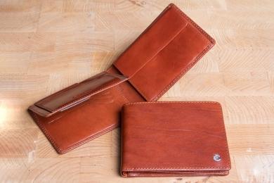 <h5>2282 48</h5><p>Scheintasche in schwarz, braun und coffee mit Cardsafe System, 12 Kreditkartenfächern, 4 Ausweisfächern, doppeltem Scheinfach und Münzfach. Maße: 12,5 x 9,5 cm</p>