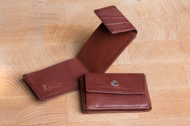 <h5>0005 48</h5><p>Small wallet in black, brown and coffee with billfold (folded bills only) and coin comp. Size: 9,5 x 6,5 cm</p>