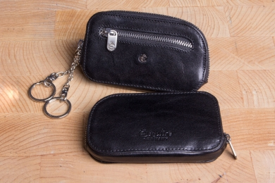 <h5>3961 48</h5><p>Key case in black, brown and coffee with 2 rings and front compartment with zipper. Size: 11,5 x 6,5 cm	</p>