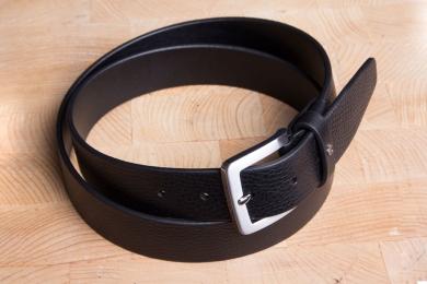 """<h5>2063 35</h5><p>Gürtel """"Feeling"""" in schwarz und braun. 3,5 cm breit und bis 110 cm Länge verfügbar. Ausstattung: Bombiert, ungesteppt und kürzbar</p>"""