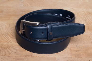 "<h5>2003 35</h5><p>Belt ""Carmen"" in black, brown, white and atlantic. Width 3,5 cm and length available till 125 cm. Description: Moulded, single stitched and shortable</p>"