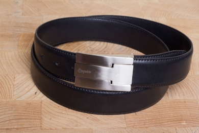"<h5>2071 35</h5><p>Belt ""Roma"" in black. Width 3,5 cm and length available till 115 cm. Description: Moulded, single stitched and shortable	</p>"