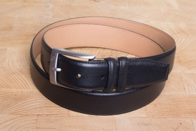 "<h5>2130 35</h5><p>Belt ""Logo"" in black. Width 3,5 cm and length available till 115 cm. Description: Moulded, single stitched and with leather lining	</p>"