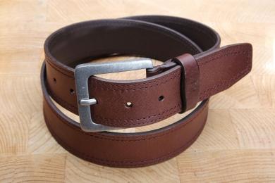 """<h5>2024 40</h5><p>Gürtel """"Jeans"""" in schwarz und braun. 4 cm breit und bis 115 cm Länge verfügbar. Ausstattung: Vollstärke, doppelt gesteppt, kürzbar</p>"""