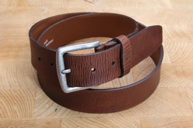 """<h5>2021 40</h5><p>Belt """"Jeans"""" in anthracite and tan. Width 4 cm and length available till 115 cm. Description: Full leather thickness, unstitched and shortable.</p>"""