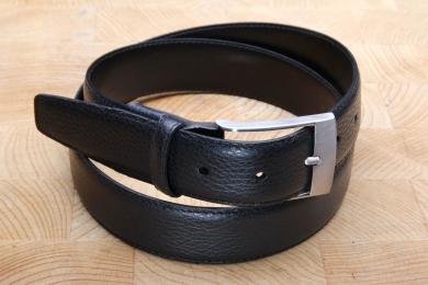 <h5>20 32 35</h5><p>Made in Germany Gürtel Hirschoptik in schwarz. 3,5 cm breit und bis 115 cm Länge verfügbar. Ausstattung: Bombiert, einfach gesteppt und kürzbar</p>