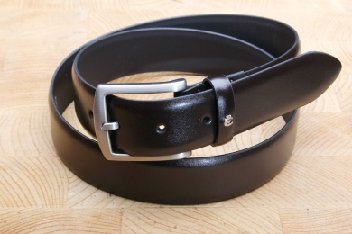 "<h5>2018 35</h5><p>Made in Germany belt "" Derby"" in black, brown and cognac. Width 3,5 cm and length available till 115 cm. Description: Moulded, not stitched and  not shortable</p>"