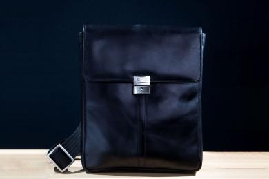 <h5>8518 78</h5><p>Umhängetasche in schwarz. 24,5 x 28 x 5 cm groß. Ausstattung: Überschlag mit verschließbarem Schloß und RV ,Hauptfach mit gepaddetem Tabletfach , elastisches Steckfach und RV, vorderes Steckfach mit elastischem Steckfach, Stifteschlaufe und 4 Kreditkartenfächern. Verstellbarer Umhängeriemen</p>