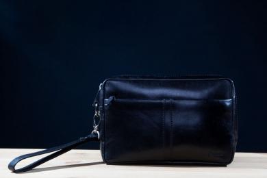 <h5>7720 78</h5><p>Herrentasche mit RV  in schwarz. 25 x 17 x 5,5 cm groß. Ausstattung: RV - Fach hinten und vorne, innen Hauptfach mit RV-Fach, 2 Elastikfächern, 2 Stifteschlaufen, abnehmbare Trageschlaufe</p>