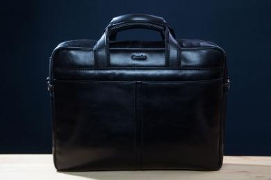 <h5>8673 78</h5><p>Businesstasche in schwarz. 38 x 30 x 8 cm groß. Ausstattung: RV-Fach mit Trolleyschlaufe hinten, RV Hauptfach mit RV-Fach , vorderes Steckfach mit Magnetverschluß,  abnehmbarer und verstellbarer Umhängeriemen</p>