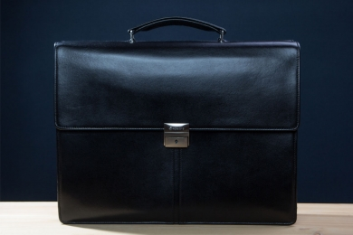 <h5>8675 78</h5><p>Business bag in black. Size 41 x 31 x 12 cm. Description: flap with lockable lock, 2 main comp., one  with padded laptop comp., tablet comp., middle wall with zip,2 front comp, one with 2 elastic clamp comp., 2 pen loops, 5 credit card slots, on  back side  zip comp. and trolley loop and removeable , adjustable shoulder strap</p>