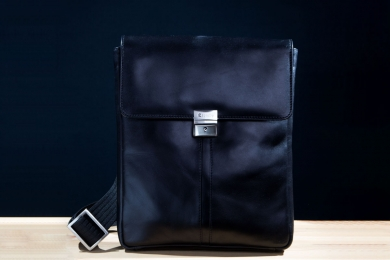 <h5>8518 78</h5><p>Shoulder bag with flap in black. Size 24,5 x 28 x 5 cm. Description:  flap with lockable lock and zip, Main comp. with padded comp. for tablet, elastic comp., front comp with elastic clamp comp., 2 pen holder , 4 credit card slots and adjustable shoulder strap	</p>