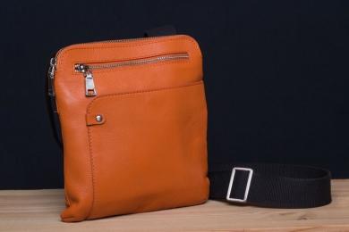 <h5>8822 79</h5><p>Schmale Umhängetasche  in schwarz, braun, orange und blau. 22 x 24 x 3 cm. Ausstattung: RV-Fach hinten, Front- und RV-Fach, RV-Hauptfach mit Tabletsteckfach, 2 Steckfächern und mit verstellbarem Schulterriemen</p>
