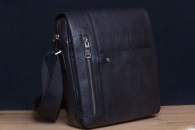 <h5>8825 79</h5><p>Messenger Hochformat in schwarz, braun, orange und blau. 24 x 28 x 6,5 cm. Ausstattung: Überschlag mit Steck-und RV-Fach, RV-Fach hinten, RV-Hauptfach mit 2 Steckfächern, Frontsteck- und RV-Fach und mit verstellbarem Schulterriemen</p>