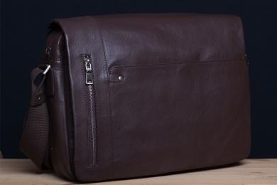 <h5>8827 79</h5><p>Messenger Querformat in schwarz, braun, orange und blau. 40 x 30 x 10 cm. Ausstattung: Überschlag mit Steck-und RV-Fach, Trolley Schlaufe hinten, RV-Hauptfach mit Laptop-und Tabletfach, RV-Fach,  3 Steckfächern, RV-Fach und mit verstellbarem Schulterriemen</p>