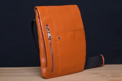 <h5>8823 79</h5><p>Slim Messenger vertical in black, brown, orange and blue. 20,5 x 27,5 x 3 cm. Description: Flap with pocket and zip comp., zip comp. on back, zip main comp. with 2 pockets, front pocket, adjustable shoulder strap	</p>