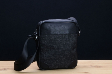 <h5>8830 36</h5><p>Shoulderbag A5 with slip pocket and 2 zip compartments. Size: 16 x 20 x 5 cm</p>