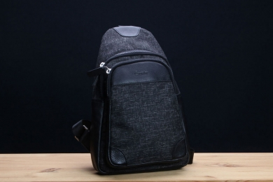 <h5>8833 36</h5><p>Crossover bag with slip pocket and 2 zip compartments. Size: 20,5 x 32,5 x 8,5 cm</p>