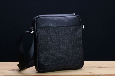 <h5>8831 36</h5><p>Shoulderbag with slip pocket and 2 zip compartments. Size: 24 x 27 x 8,5 cm</p>