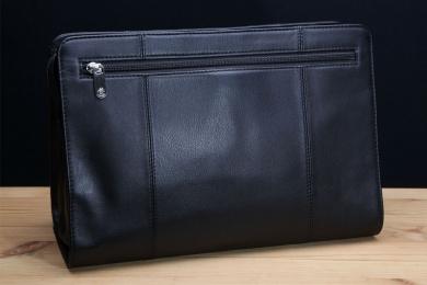 <h5>8718 63</h5><p>Kulturtasche in schwarz. 30 x 20,5 x 13,5 cm groß. Einrichtung: RV-Fach vorne, RV-Hauptfach mit RV-Mittelwand, 3 Netzfächer und Aufhängevorrichtung </p>