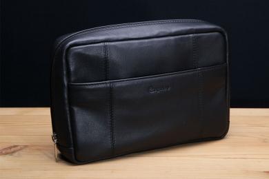<h5>8720 63</h5><p>Kulturtasche in schwarz. 23,5 x 16,5 x 5,5 cm groß. Einrichtung: RV -Fach vorne und hinten, RV-Hauptfach mit 4 Netzfächern und Aufhängevorrichtung </p>