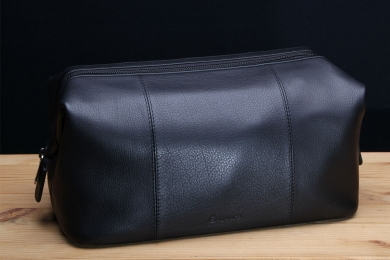 <h5>8719 63</h5><p>Kulturtasche in schwarz. 28,5 x 15 x 15,5 cm groß. Einrichtung: RV-Hauptfach mit 3 Netzfächern und RV-Fach</p>