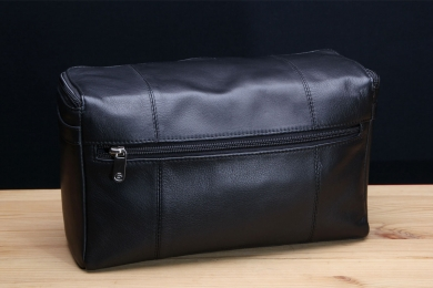 <h5>8702 63</h5><p>Washbag in black. Size 27 x 17 x 10,5 cm. Description:  zip comp. on back, zip main comp. with 5 net comp. slip pocket, hook and 2 handles</p>