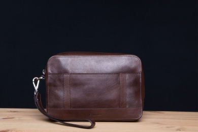 <h5>7723 06</h5><p>Herrentasche in mocca und sattel. 23 x 15,5 x 6,5 cm groß. Ausstattung: RV-Hauptfach mit elastischem Steckfach und 2 Stifteschlaufen , RV-Fach, RV-Fach vorne und hinten, abnehmbare Trageschlaufe</p>