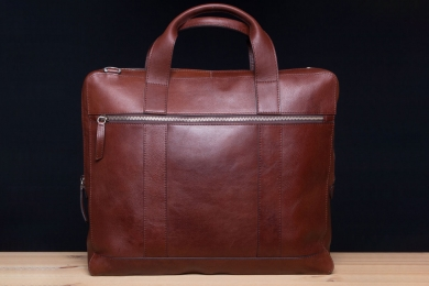 <h5>7814 06</h5><p>Business bag in mocca and saddle. Size 38,5 x 32 x 6 cm.Description: Zip front comp., main zip comp. with padded laptop and Ipad comp., zip comp. 2 elastic clamp comp., 2 penhodler and removeable, adjustable shoulder strap</p>