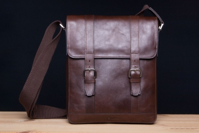 <h5>7811 06</h5><p>Shoulder bag with flap in mocca and saddle. Size 24 x 29 x 5,5 cm. Description:  Zip comp. on back side, clamp comp on front, main comp. with  padded comp for I pad and I Pad mini , zip comp., elastic comp., 2 pen holder and adjustable shoulder strap</p>
