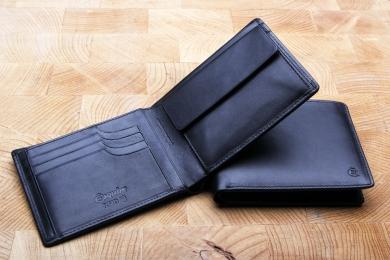 <h5>2295 10</h5><p>Querformatbörse in schwarz mit Cardsafe System und RFID-Schutz, 8 Kreditkartenfächern, 2 Steckfächern, Scheinfach mit Geheimfach und Münzfach. Maße: 12 x 9,5 cm</p>