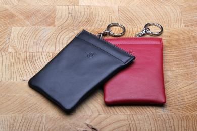 <h5>3395 10</h5><p>Schlüsselglocke medium in schwarz und rot mit Schlüsselkette. Maße: 8,5 x 10,5 cm</p>